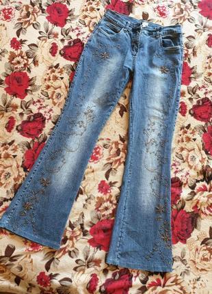 Оригинальные джинсы вышиты бисером
