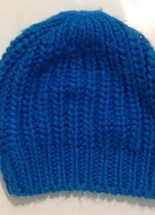 Яркая синяя вязаная шапка