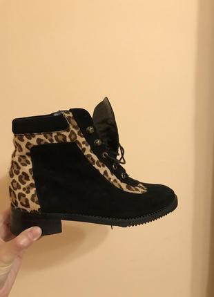 Красивые замшевые ботинки stuart weitsman леопардовые