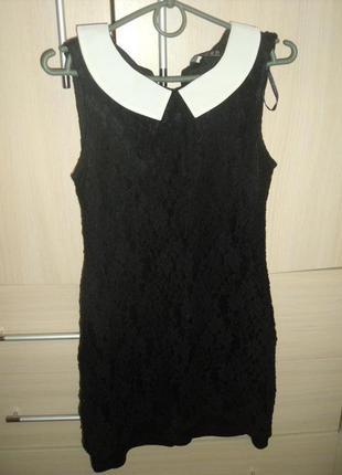 Черное кружевное платье с воротничком