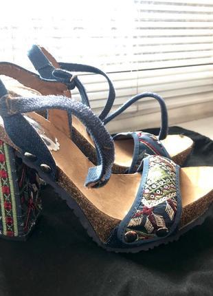 Босоножки на каблуке с вышивкой desigual 36 размер