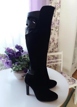 Незвичайна модель чорних замшевих ботфортів
