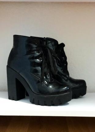 Ботильоны ботинки на шнуровке на каблуке лаковые