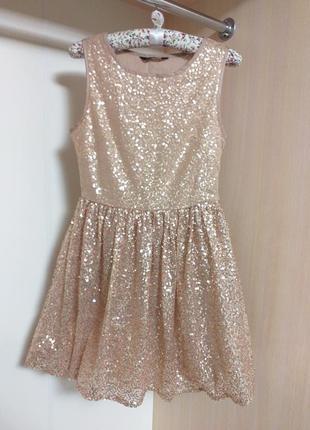 Нарядное нюдовое платье в сверкающие пайетки с пышной юбкой