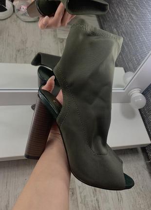 Ботинки с открытым носком и пяткой