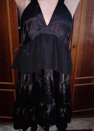 Черное платье с открытой спиной и оборками