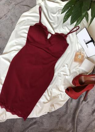 Роскошное платье по фигуре, красивое декольте, кружево