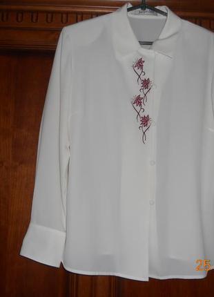 Белая классическая нарядная блузка с вышивкой
