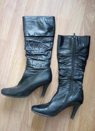 Стильные кожаные демисезонные женские сапоги. с вышивкой сбоку.