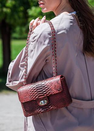Кораловая сумочка из кожи питона