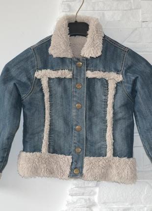 Джинсовая   куртка на меху цвета айвори   от бренда topolino