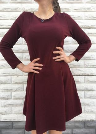 Однотонное женское платье с рукавом