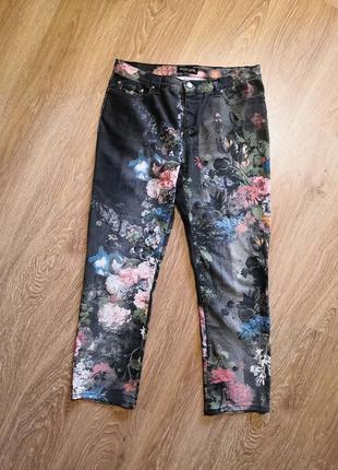 Шикарные джинсы прямого кроя в принт цветы roberto cavalli