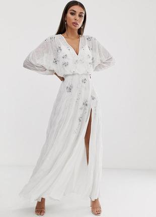 Біла вишита бісером та паєтками шифонова сукня в стилі бохо
