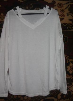 Белая кофточка с вырезами на плечах