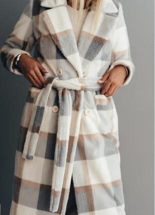Длинное двубортное пальто из эко меха норка клетка серая зимнее с утеплителем valentir