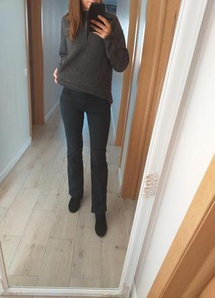 Прямые немного расклешенные графитовые джинсы