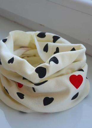 Новый молочный детский шарф-снуд (бафф) с принтом сердечки