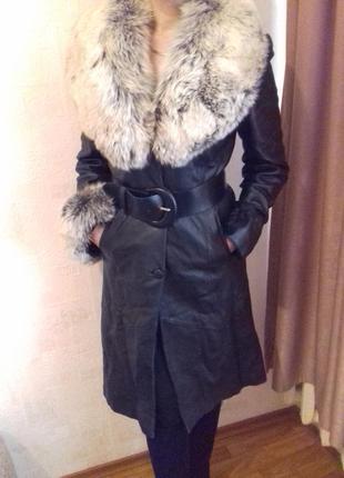 Кожаное пальто с натуральным мехом песец.