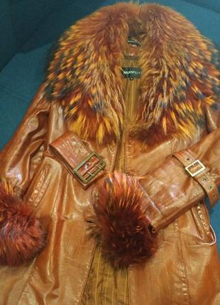 Удлиненная курточка из натуральной кожи и мехом енота