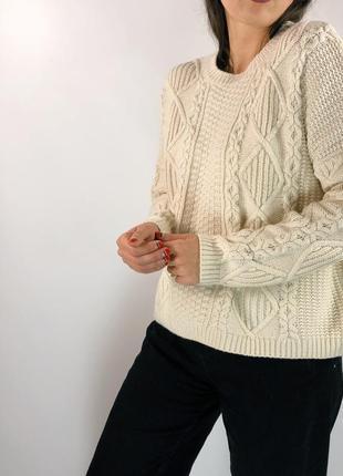 Объемный свитер красивой вязки