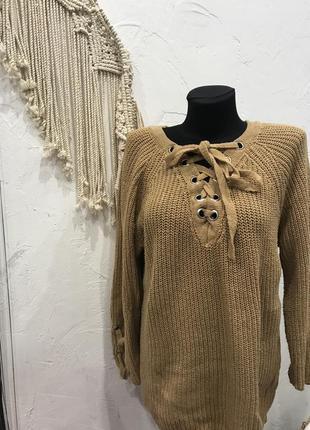 Бежевый свитер с интересным завязками на груди и декором из люверс на рукавах!  кофта