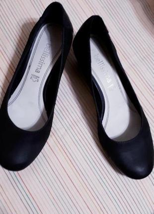 Комфотные черные кожаные туфли на невысоком каблуке