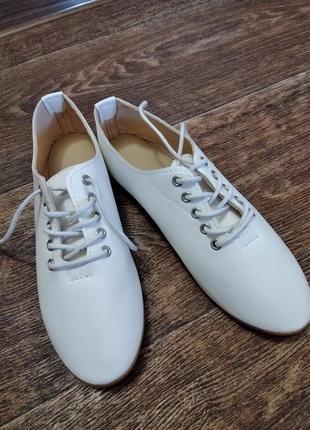 Туфли на шнурочках.