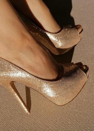 Кожаные туфли, босоножки на каблуке. золотые