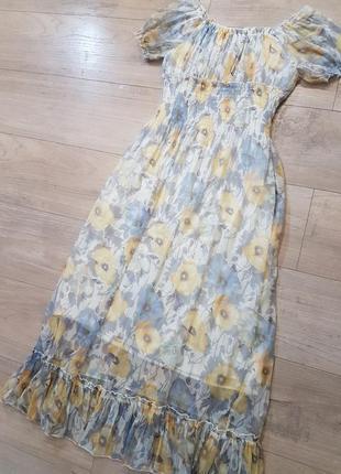 Воздушное, невесомое шелковон цветочное миди платье с рюшем и открытыми плечами
