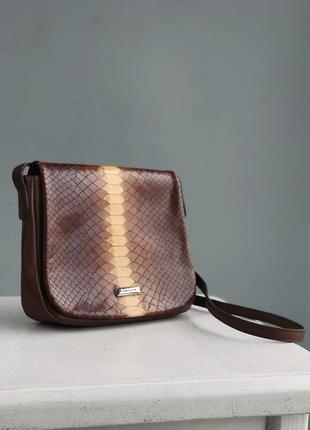 Небольшая сумочка со змеиным принтом