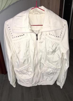 Белая летняя курточка, ветровка