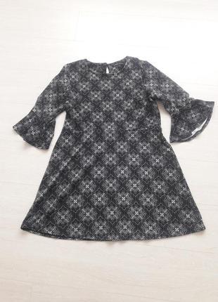 Чернре платье с узором