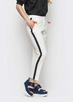 Светлые брюки с лампасами