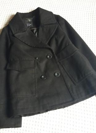 Женственное демисезонное короткое двубортное пальто
