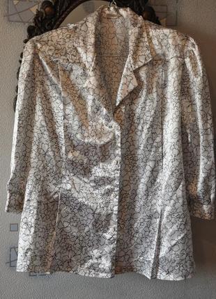 Сатиновая атласная черно-белая блуза с цветами рукав три четверти классический воротник