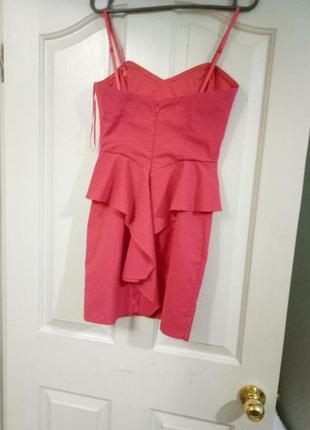 Короткое розовое платье на худышку