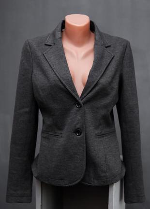 Стильный серый пиджак на 2 пуговках
