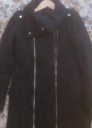 Пальто чорное бренда bershka