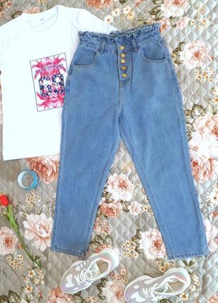 Голубые укороченные джинсы с высокой посадкой и сборкой на талии