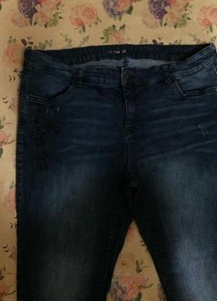 Темно-синие джинсы с вышивкой