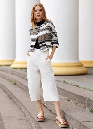 Белые льняные брюки кюлоты