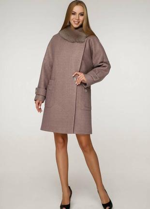 Стильное женское зимнее пальто с меховым воротником