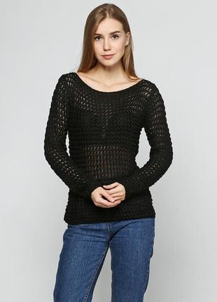 Черный дыркастый свитерок.