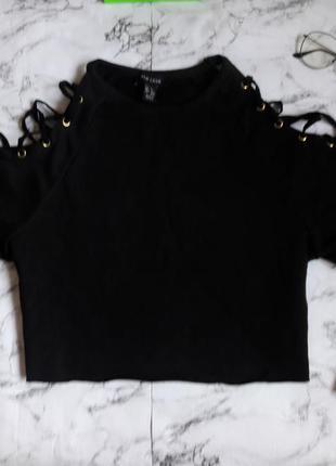Черная кроп кофта с шнуровкой на плечах