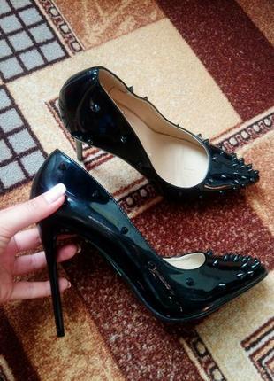 Туфли лодочки с шипами
