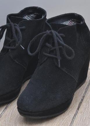 Ботинки на танкетке из натуральной замши