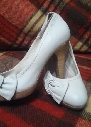 Белые светло-серые кожаные туфли,   можно как свадебные