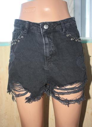 Крутые модные рваные чёрные джинсовые шорты с кольцами