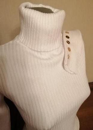 Прекрасный белый гольф с пуговицами на рукавах.